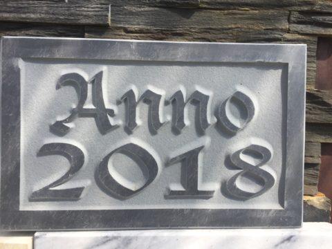 Ein Foto einer Anno Jahreszahl anthrazit Tafel